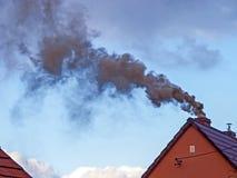 Черный дым поднимая от печной трубы Стоковое Изображение