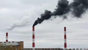 Черный дым приходит от трубы Сеть тепловой энергии CHP сток-видео