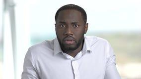 Черный заботливый бизнесмен на запачканной предпосылке сток-видео