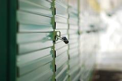 Черный замок на зеленых дверях строба в улице Москвы Стоковое фото RF