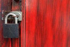 Черный замок на красной деревянной двери Стоковая Фотография RF