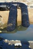 черный идя металл пускает реку по трубам 2 стоковые изображения
