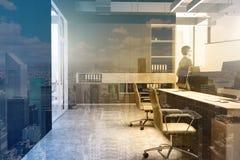 Черный интерьер офиса стены, тонизированный bookcase Стоковые Фотографии RF