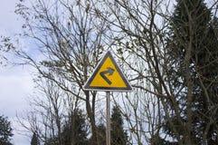Черный и желтый сигнал улицы - поверните справедливо стоковая фотография rf