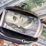 Черный кожаный бумажник с банкнотами и монетками США открыто Финансы стоковое фото rf