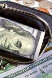 Черный кожаный бумажник с банкнотами и монетками США открыто Финансы стоковая фотография rf