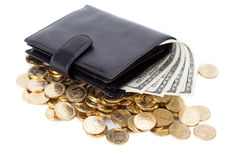 Черный кожаный бумажник с долларами и золотыми монетками на белизне Стоковые Фотографии RF