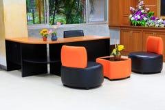 Черный кожаный стул софы Оранжевая таблица backrest и древесины внутренняя в офисном здании с космосом экземпляра добавляет текст Стоковые Изображения