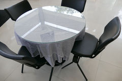 Черный кожаный стул и круглый стол с серой скатертью Стоковые Изображения