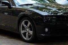Черный конец-вверх автомобиля спорт на улицах города стоковое фото rf