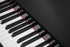 Черный конец-вверх рояля стоковое фото