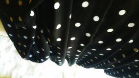 Черный конспект ткани точки польки Angled и створка исчезните в белое мех стоковое изображение