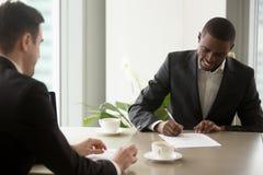 Черный контракт петь предпринимателя на офисе Стоковое Изображение
