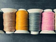 Черный, коричневый, желтый, серый, розовый и белый поток свертывает на сватать Стоковая Фотография