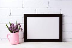 Черный коричневый модель-макет рамки ландшафта с фиолетовыми цветками в пинке Стоковое Фото