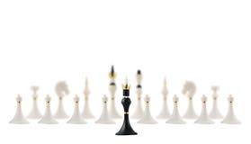 Черный король шахмат напротив белизны одни Стоковое Изображение