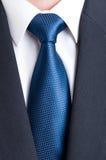 Черный костюм, белая рубашка и голубая связь Стоковая Фотография RF