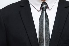Черный костюм с белыми рубашкой и связью Стоковое Изображение