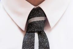 Черный костюм с белыми рубашкой и связью Стоковые Фото