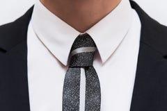 Черный костюм с белыми рубашкой и связью Стоковые Фотографии RF