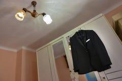 Черный костюм с фиолетовым bowtie Стоковые Изображения