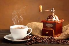 Черный кофе в белой чашке с дымом Стоковое Изображение
