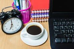 Черный кофе в белых чашке и будильнике Стоковые Изображения RF