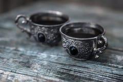 Черный кофе в винтажных серебряных чашках на деревянной предпосылке Стоковая Фотография