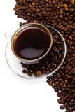 Черный кофе в стеклянной чашке и зернах кофе на белой предпосылке Стоковое фото RF