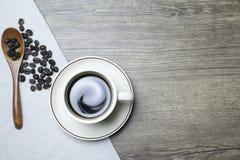 Черный кофе в чашке на деревянном столе стоковая фотография