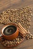 Черный кофе и зажаренные в духовке кофе фасоли Стоковое фото RF