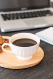 черный кофе и печенья с компьтер-книжкой и блокнотом Стоковое фото RF