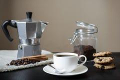 Черный кофе с баком moka на таблиц-салфетке и печеньях льна Стоковые Изображения