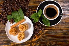 Черный кофе с изысканными печеньями и свежей мятой Стоковые Изображения