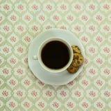 Черный кофе с пирожными на винтажной скатерти Стоковые Изображения RF