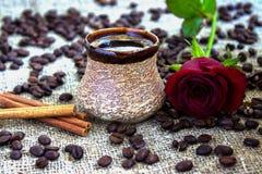 Черный кофе с розой стоковая фотография rf