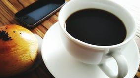 Черный кофе с сладостным хлебом Стоковая Фотография