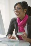 черный кредит e коммерции карточки используя женщину стоковая фотография