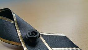 Черный крупный план смычка на деревянном экране Стоковое фото RF