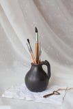Черный кувшин глины с щетками Стоковые Изображения RF