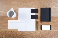 Черный клеймя модель-макет Шаблон установленный на деревянную предпосылку Стоковые Изображения RF