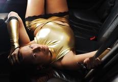 черный лежать девушки автомобиля сексуальный Стоковое Изображение
