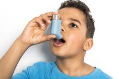 Черный мальчик используя ингалятор астмы стоковые изображения rf