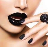 Черный маникюр икры и черные губы Стоковые Изображения RF