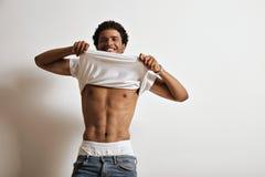 Черный мужчина в белой футболке Стоковые Фотографии RF
