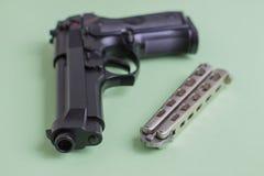 Черный нож пистолета и утюга на салатовой предпосылке Стоковые Изображения RF