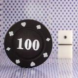 Черный обломок покера на предпосылке кости для играть домино Стоковые Изображения