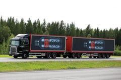 Черный переход питья энергии Scania R450 на дороге Стоковые Изображения