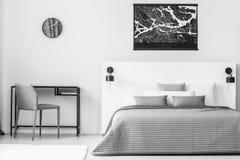 Черный плакат в интерьере спальни стоковые фото
