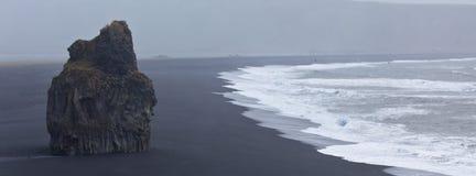 Черный пляж Dyrholaey, Исландия Стоковые Изображения